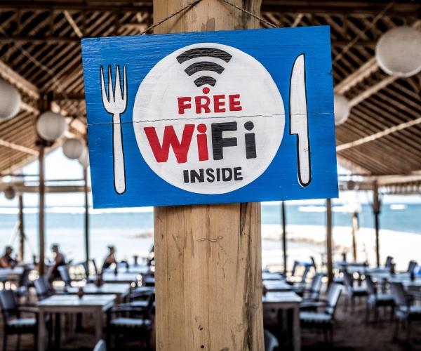nyilvános WiFi, nem biztonságág nyilvános WiFi hálózat, nyilvános hálózat, informatikai biztonság, informatikai védelem, adatvédelem, hálózati biztonság, vírusvédelem